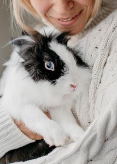 Vrouw aaien schattig konijn