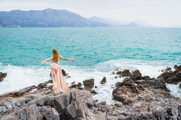 Vrouw aan de kust van budva