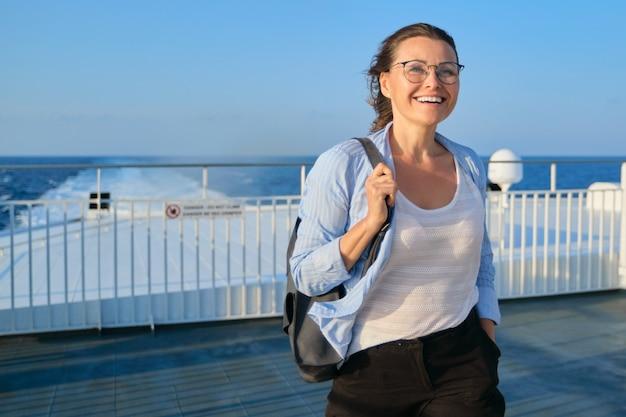 Vrouw aan dek van veerboot