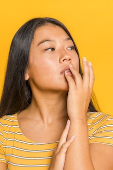 Vrouw aan haar lippen te raken en weg te kijken