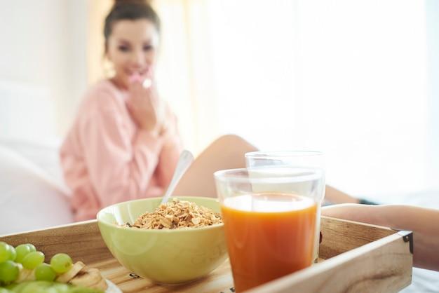 Vrouw aan het ontbijt op bed