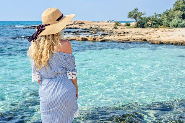 Vrouw aan het strand in cyprus