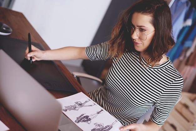 Vrouw aan het werk in de moderne werkplaats