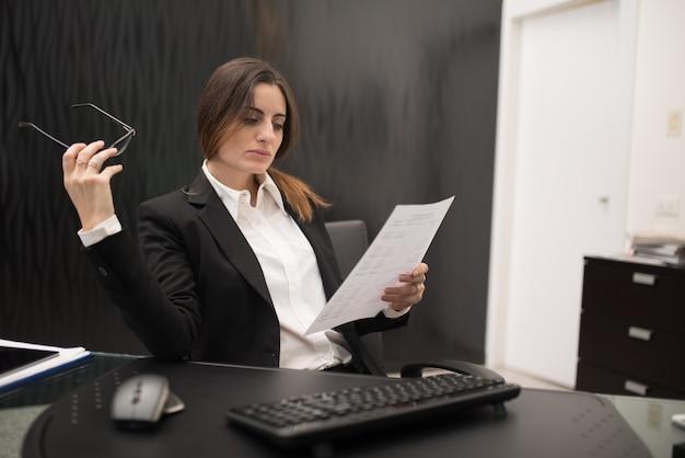 Vrouw aan het werk in haar kantoor
