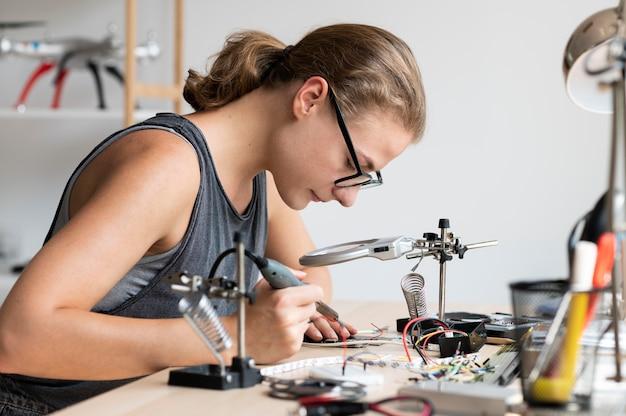 Vrouw aan het werk in haar werkplaats voor een creatieve uitvinding