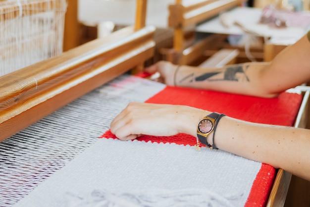 Vrouw aan het weven op een weefgetouw