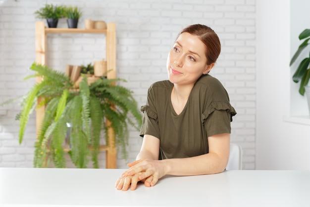 Vrouw aan tafel zitten