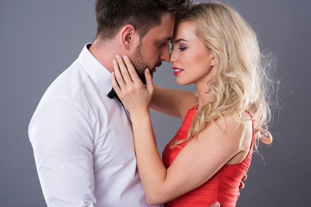 Vrouw aanraken gezicht van knappe man