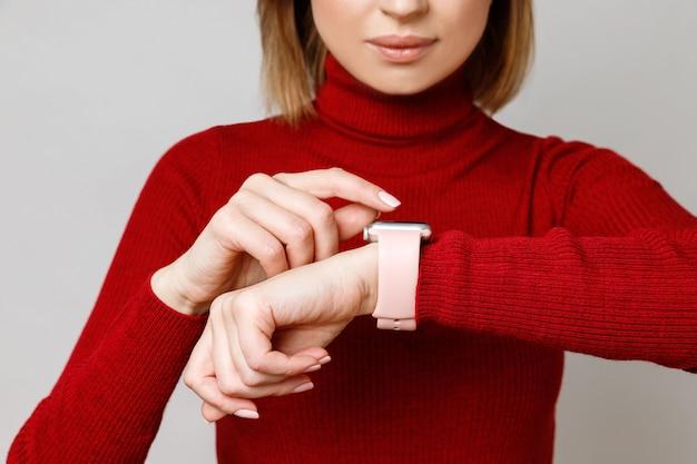 Vrouw aanraken, instellen of gebruiken van haar smartwatch om haar pols, het controleren van de tijd, gezondheid en pols