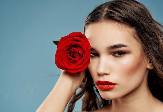 Vrouw aantrekkelijk uiterlijk roze bloem luxe blauwe achtergrond