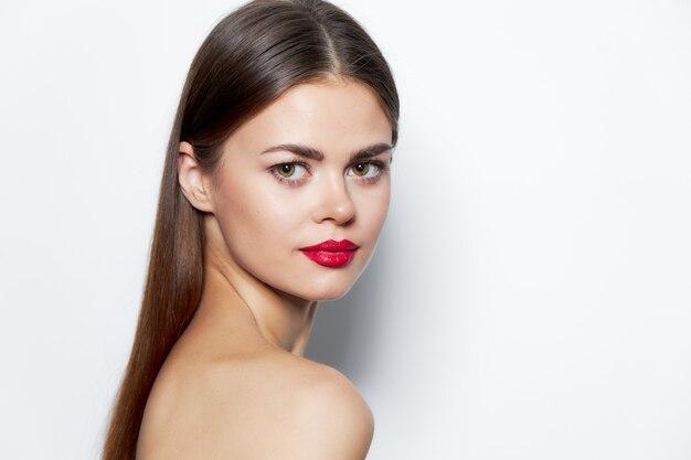 Vrouw aantrekkelijke look rode lippen schone huid behandelingen lichte make-up close-up