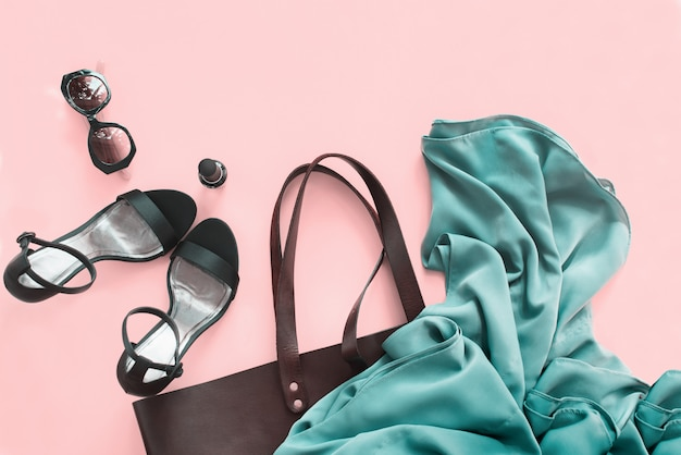 Vrouw accessoire zomer set schoenen tas kopie ruimte