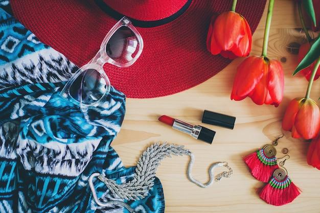 Vrouw accessoires en rode tulpen op tafel
