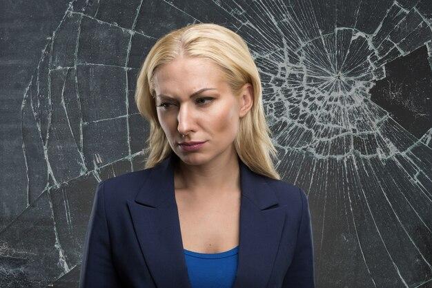 Vrouw achter een gebroken glas