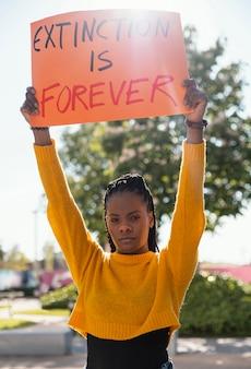 Vrouw activist met aanplakbiljet