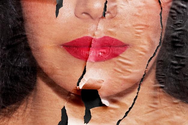 Vrouw afbeelding in gescheurd papier stijl