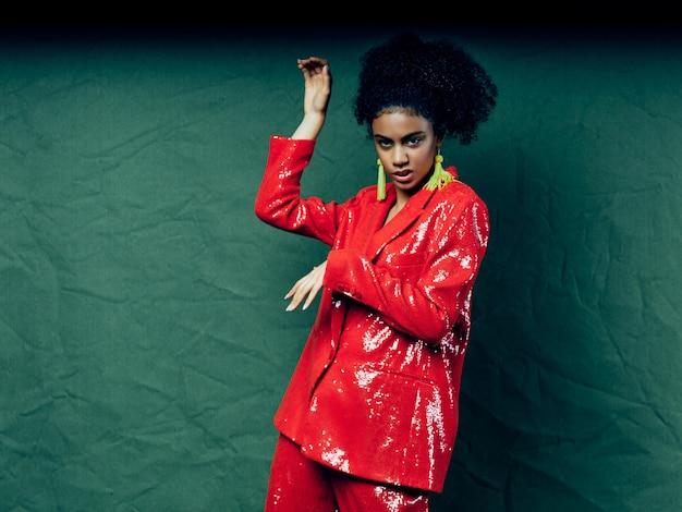 Vrouw african american in glanzende feestelijke mode kleding poseren
