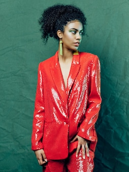 Vrouw african american in glanzende feestelijke mode kleding