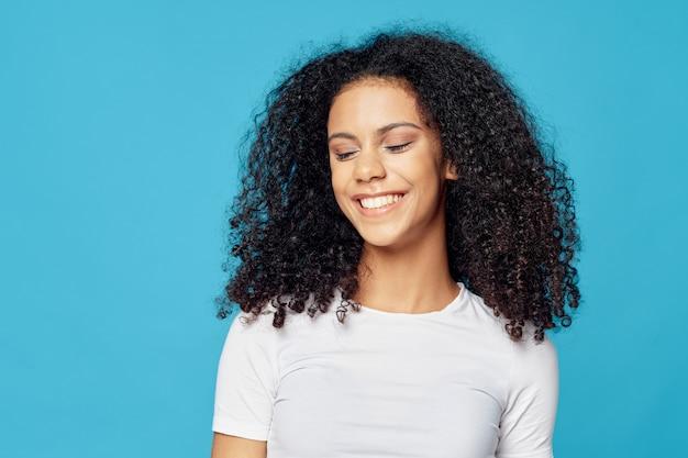 Vrouw afrikaanse amerikaan in een t-shirt in het stellen