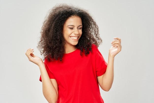 Vrouw afrikaanse amerikaan in t-shirt het stellen
