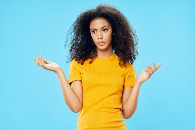 Vrouw afro-amerikaanse in een t-shirt in de studio