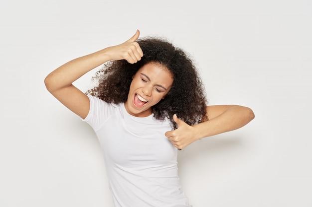 Vrouw afro-amerikaanse in een t-shirt