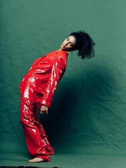 Vrouw afro-amerikaanse in glanzende feestelijke mode kleding