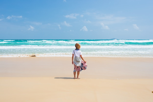 Vrouw alleen op woestijnstrand. quy hoa reisbestemming quy nhon vietnam, centrale kust tussen da nang en nha trang. schitterende gouden zandbaai die oceaankustlijn golft