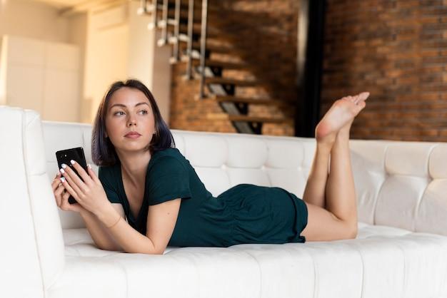Vrouw alleen thuis ontspannen