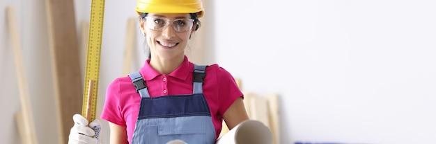 Vrouw architect met liniaal en papier in werkplaats