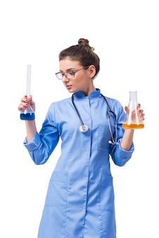 Vrouw arts die chemische tests doet die op wit worden geïsoleerd