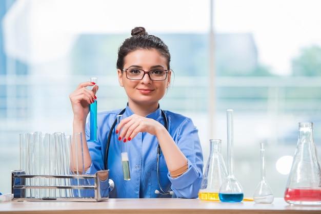 Vrouw arts die chemische tests in laboratorium doet