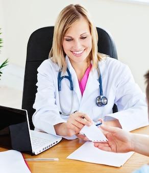 Vrouw arts die een bericht geeft aan haar mannelijke patiënt