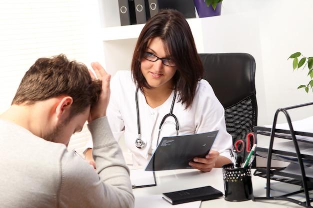 Vrouw arts die met patiënt spreekt