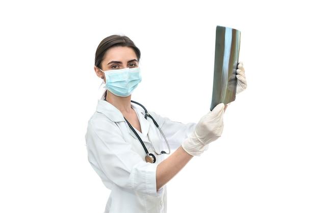 Vrouw arts die röntgenstraal onderzoekt die op wit wordt geïsoleerd