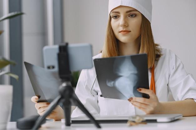 Vrouw arts die vlog video over medicijn opnemen