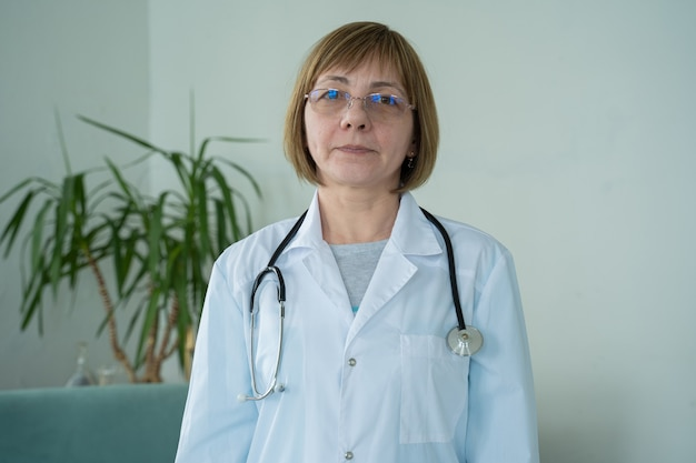 Vrouw arts geeft een online consult aan zijn geduldige arts geeft advies aan patiënt via videogesprek