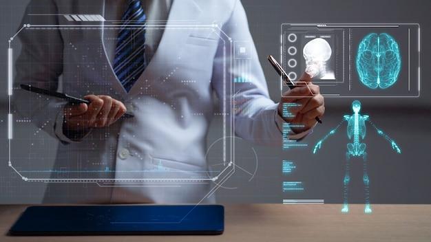 Vrouw arts herziening van een menselijke anatomie op head-up display, futuristische medisch onderzoek hologram display, futuristische hud grafische weergave van de anatomie van de patiënt en x-ray beeld door telegeneeskunde