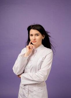 Vrouw arts in een witte medische jas op paars