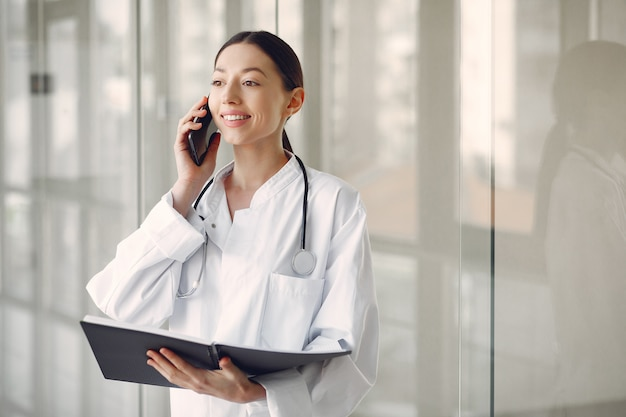 Vrouw arts in een witte uniforme status in een zaal