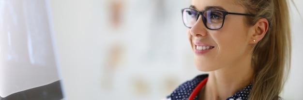 Vrouw arts in glazen kijkt naar onderzoeksresultaten