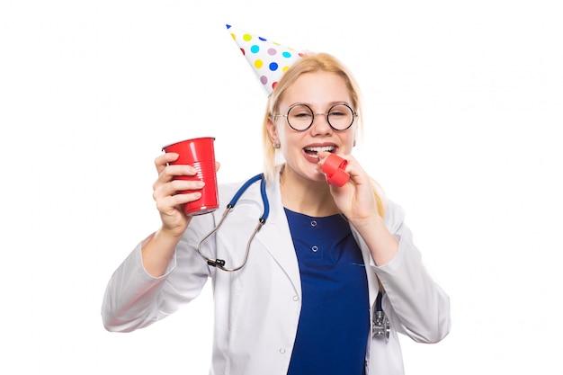 Vrouw arts in witte jas met feest spullen