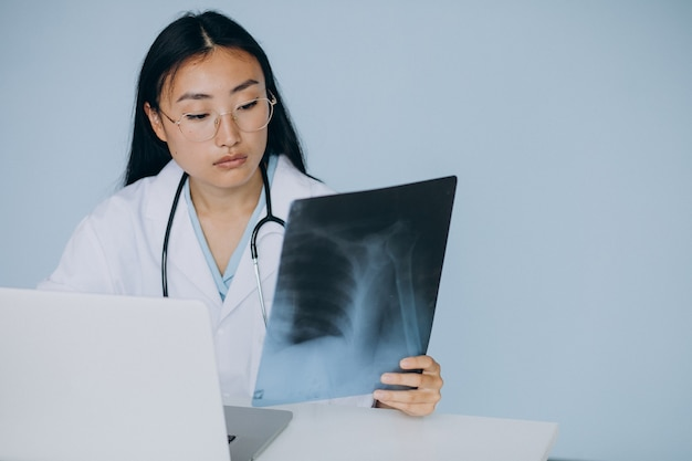 Vrouw arts kijken breuk op computerprogramma