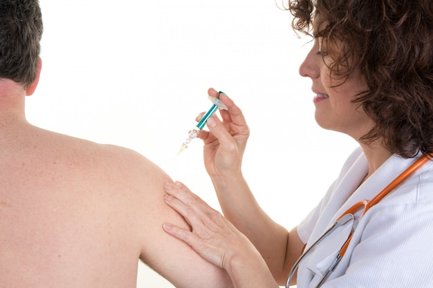 Vrouw arts krijgt een injectie aan een man