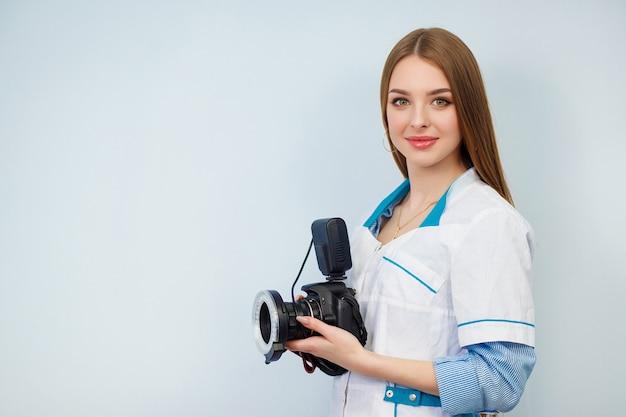 Vrouw arts met een camera in de hand
