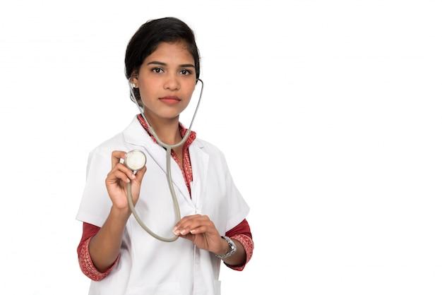 Vrouw arts met een geïsoleerde stethoscoop