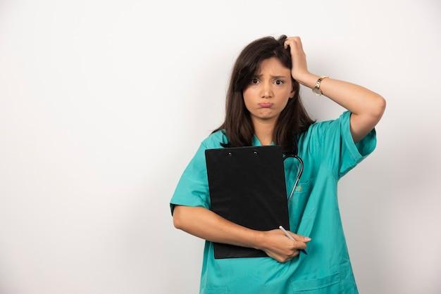 Vrouw arts met klembord gezichten op witte achtergrond. hoge kwaliteit foto