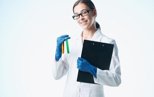 Vrouw arts met virus vaccin laboratorium analyseert scheikundig element bril handschoenen model.