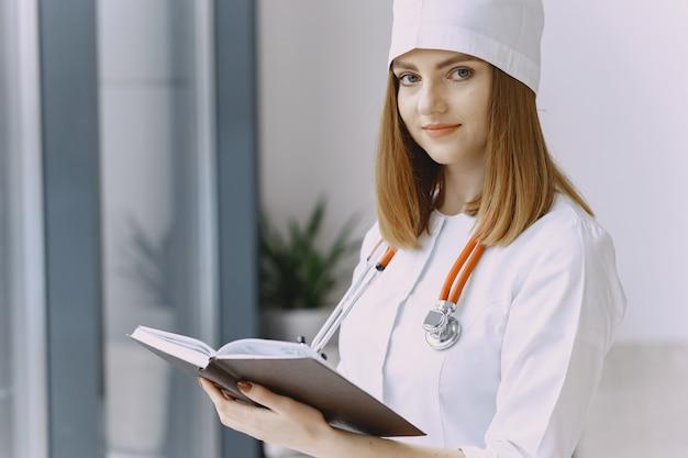 Vrouw arts met witte jas in het ziekenhuis