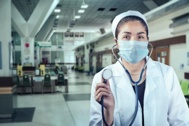 Vrouw arts op de achtergrond van een ziekenhuis